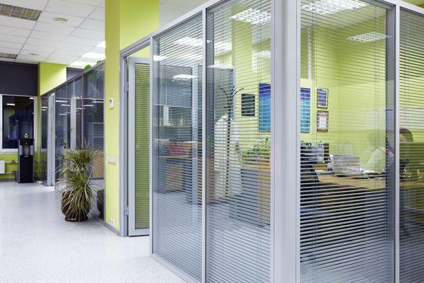 Офисные перегородки с алюминиевыми каркасами: позитивные качества и преимущества